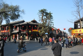 A lively street scene in Chengdu (成都), China
