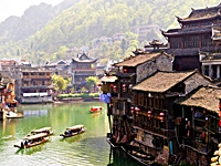 Fenghuang - Tuo River gondolas and buildings - Quentin Scouflaire - 200 x 150