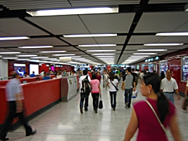 Crowds of transit passengers in the Hong Kong subway