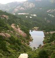 A reservoir nestled in the mountains of Huangshan (黄山, Yellow Mountain), China