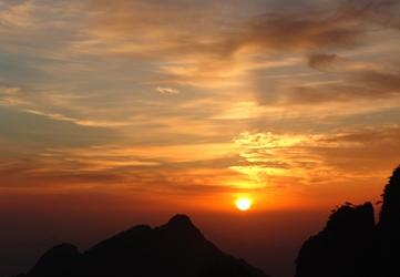 Mountain peaks silhouetted against the rising sun in Huangshan (黄山, Yellow Mountain), China