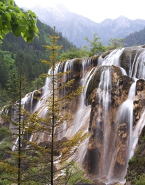 Pearl Shoal Falls, with a backdrop of mountains, in Jiuzhaigou (九寨沟), Sichuan Province, China