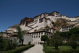 A view of Potala Palace (布达拉宫) from a walkway below in Lhasa (拉萨), Tibet, China