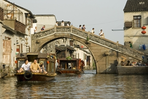 Boat and pedestrian traffic along a canal in Suzhou (苏州), China