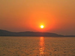 A brilliant orange sunset on Tai Hu ('Lake Tai') near Wuxi (无锡), China