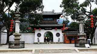 The entrance to Xihui Park in Wuxi (无锡), China