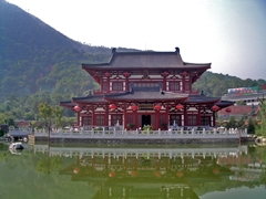 A traditional-style building facing a pool at Huaqing Hot Springs near Xi'an (西安), China