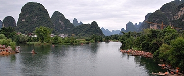 Panoramic view of the Yulong River (遇龙河) flowing through karst hills near Yangshuo (阳朔), China